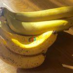 まだ幾分青い、重くて大きいバナナと、スマホレンズキットで撮った黄色い月と…