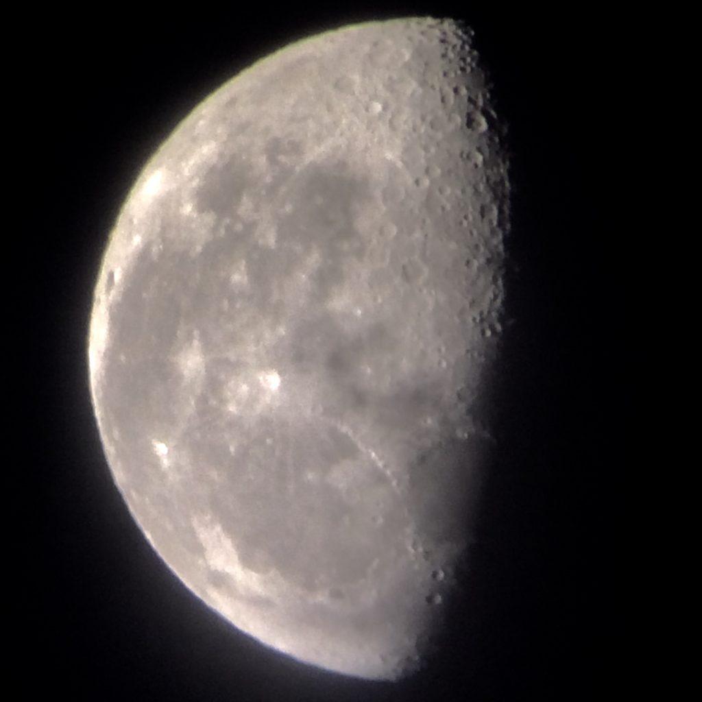 夜に朝に撮った半月と、田川建三博士の毎日出版文化賞受賞と…          関連記事を表示