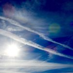 日曜日の午後に目撃した、多数の西行きの飛行機雲。これらは一体何だったのだろう…