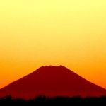 ニコン P900のトワイライト撮影モードで、夕暮れの富士山を撮った。あと、朝には超望遠で木星と衛星も…
