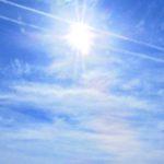 空を見上げれば、立待月、飛行機雲、ヘリコプター。あと、うさぎを飼い始めて、そろそろ1年になるのだ…