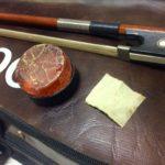 天井裏の物入れから見つけ出したヴァイオリンで、ピチカートを練習。すると突然、一本の弦が…