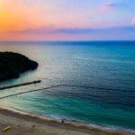 沖縄で撮った瑠璃色の海と、台風の雨水を湛えた調整池と…