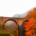 夜明け前の雨、旧軽井沢に向けて出発。紅葉に染まる峠を越えていくのだ…