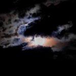 梅雨の晴れ間に二十日月を撮った。夜空と雲に光が離散し、月面にはクレーターが見えたのだ…
