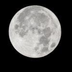 きのうはハロウィンだった。46年ぶりという満月のこの日に月面を撮影。ケーキを食すのだ…